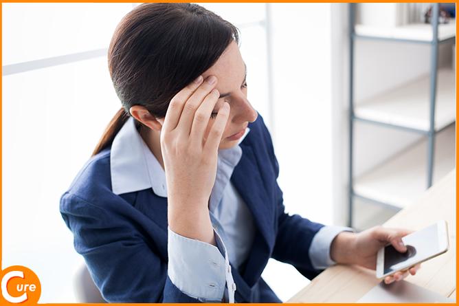 スマホを使用し過ぎによる片頭痛と弊害